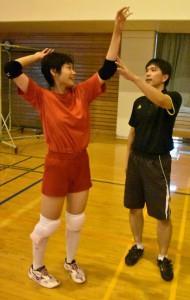 部員を指導する松井監督(右)=13日、鹿児島南高校