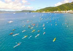 【写真説明】よこ 雄大な大島海峡の景色を楽しみながら疾走した奄美シーカヤックマラソン=2日、瀬戸内町