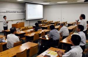 黒糖焼酎の製造法で意見を交わす研究者ら=24日、鹿児島市の鹿児島大学