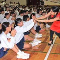 奄美高校をサプライズで訪れ、生徒たちを激励した城南海さん(右)=18日、奄美市名瀬