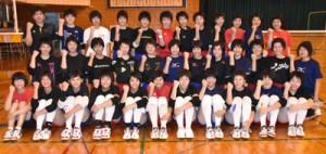 松井正太監督(3列目左)と女子バレーボール部員。