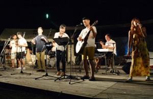 全26曲を披露し、ファンを沸かせた5組の出演者=30日、喜界町のスギラビーチ多目的広場