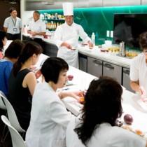 パッションフルーツの魅力を学ぶ参加者=28日、東京・新宿