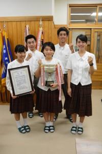 県高校商業研究発表会で最優秀賞を受賞した奄美高校の生徒たち=11日、奄美市名瀬
