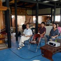 受講生の目標や方向性なども調査し、起業に向けて支援を図るチャレンジセミナー=29日、宇検村