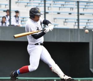 【大島―大口】六回2死二塁から適時二塁打を放つ大島の太月幸=6日、県立鴨池球場
