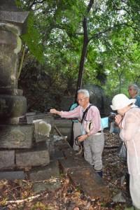 親族と共に墓前で先祖を供養する金江安浩さん(中央)=14日、宇検村名柄集落