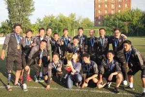 国際アンプティサッカートーナメントで3位と健闘した日本選抜チーム。前列右が東さん(日本アンプティサッカー協会提供)