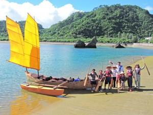 加計呂麻島へ向けて出航するサバニ愛好家=5日、沖縄・国頭村奥