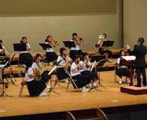 奄美大島の中学、高校10校が練習の成果を披露したサマーコンサート=17日、奄美文化センター