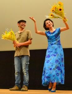 越川監督と主演女優の満島さんが登壇した上映会=7日、奄美市名瀬