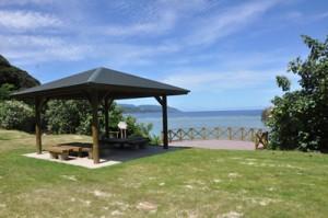 8日にリニューアルオープンする小浜キャンプ場の休憩棟とバーベキューエリア=7日、奄美市名瀬