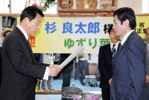 三浦一広さん(右)に表彰状を手渡す杉良太郎さん=24日、奄美市名瀬の「ゆずり葉の郷」
