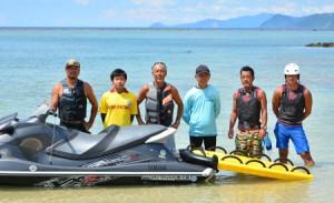 消防団の機能別水上オートバイ小隊に任命された隊員と訓練協力者=22日、奄美市笠利町