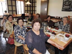 笑顔広がる「かけろま会」。月に1度の会合、手前が與那覇ノブ子婦人部長=9日、沖縄・浦添市