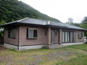請阿室集落でオープンした自然体験宿泊施設「アカヒゲ」の外観(瀬戸内町役場提供)