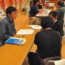 事業内容などを説明する企業ブースが並んだ合同企業説明会=17日、徳之島町亀津