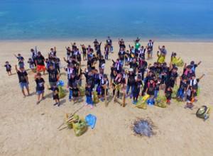 約150㌔のごみを収集した環境保護イベント「カラスめハント」=20日、大和村国直集落