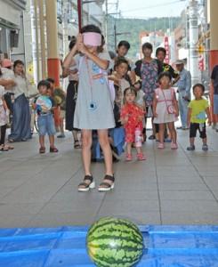 商店街夏祭りでスイカ割りを楽しむ子どもら=12日、奄美市名瀬