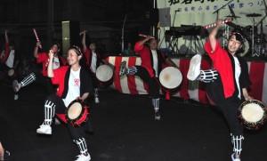 祭りのステージで演舞を披露した沖高エイサー部=12日、知名町