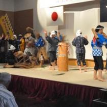 徳之島民謡大会のオープニングを飾った木之香伝統芸能保存会の「稲すり節」=27日、伊仙町ほーらい館