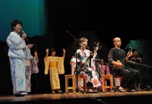 にぎやかな歌と踊りの展開もあった「シマあすびの夕べ」=3日、奄美市名瀬の奄美文化センター
