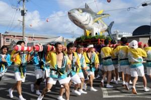 祭り会場を盛り上げた市中パレード=19日、瀬戸内町古仁屋