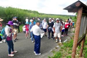 畦布集落の伝説の地や遺跡などを巡る参加者=12日、和泊町