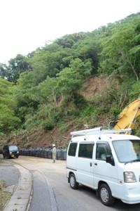 片側通行可能になった県道名瀬瀬戸内線の崖崩れ現場=6日、大和村大金久