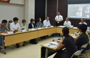 アマミノクロウサギを飼育して観察する施設の整備について意見交換した出席者ら=2日、大和村役場