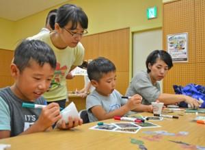 ワークショップや講話を通して奄美の野生生物への関心を高めた参加者=22日、奄美市名瀬