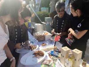 黒糖焼酎PRのため、レセプション会場に設けられたブース(町田酒造提供)