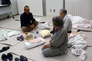 台風5号に備えて自主避難した高齢者ら=4日、喜界町防災食育センター