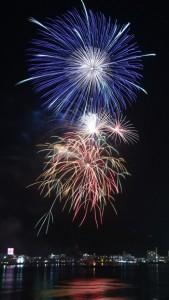 台風一過の夜空を彩った奄美まつり花火大会=10日、奄美市の名瀬商港区