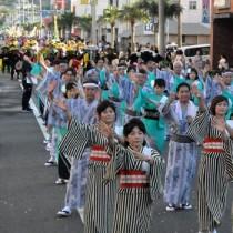 約750人が参加したどんどん祭りのパレード=27日、徳之島町