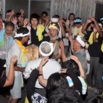 夜を徹して歌い踊った住民ら=20日午前0時半ごろ、徳之島町井之川