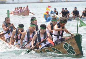 力強いかいさばきで白熱したレースを展開した舟こぎ競争=11日、奄美市名瀬