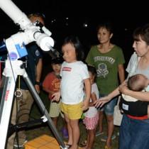 天体望遠鏡で土星を観察する児童=8日、大和港