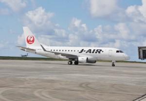 奄美空港に就航したジェイエア社のジェット機=1日、奄美市笠利町