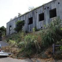 一部の土が崩れている金子手崎防備衛所前=15日、瀬戸内町安脚場