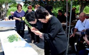 国頭集落の戦没者慰霊祭で献花する参列者=1日、和泊町