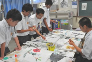 講師の指導を受け、複数の技法や画材を用いて作品を制作する生徒ら=25日、徳之島町亀津