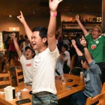 W杯出場を懸けた一戦を観戦し、前半41分、浅野拓磨の先制ゴールに喜ぶ市民ら=31日、奄美市名瀬