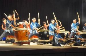迫力ある演奏で観客を魅了した太鼓まつりin徳之島=11日、天城町防災センター