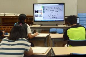 村営のインターネット塾を受講する中学生たち=8日、大和村防災センター