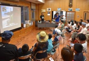 親子連れなど約130人が参加したウミガメミーティング=12日、大和村国直