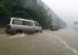 台風5号による記録的な大雨で冠水した国道58号=8月5日、奄美市名瀬