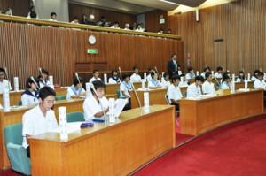生徒たちがさまざまな課題について考え、質問したひかり議会=22日、奄美市議会本会議場