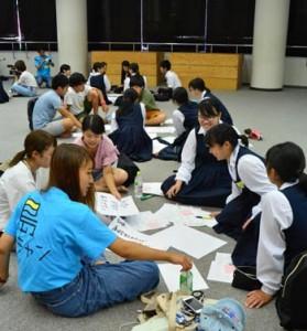 「島キャン」で来島中の大学生と交流した高校生たち=26日、奄美市の大島高校