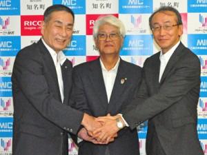 協定を結び、握手を交わす平安町長(中央)と、松坂部長(左)、松窪社長